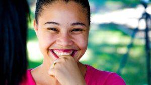 Cancer du sein : entretenir sa joie de vivre avec le yoga du rire